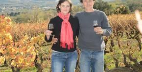 Aurélia Spitaels et son mari dans les vignes du Domaine du Chardon Bleu