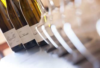 bouteilles de Reuilly, verres prêts pour la dégustation au caveau