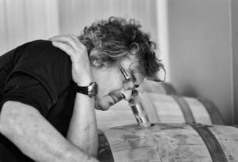 Domaine Annie Sauvat - Le vigneron dans la cave