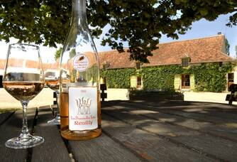 Un verre de rosé au domaine Tatin